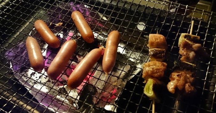 自宅でキャンプ飯、キャンプギアを使った家飯炭火ソーセージ